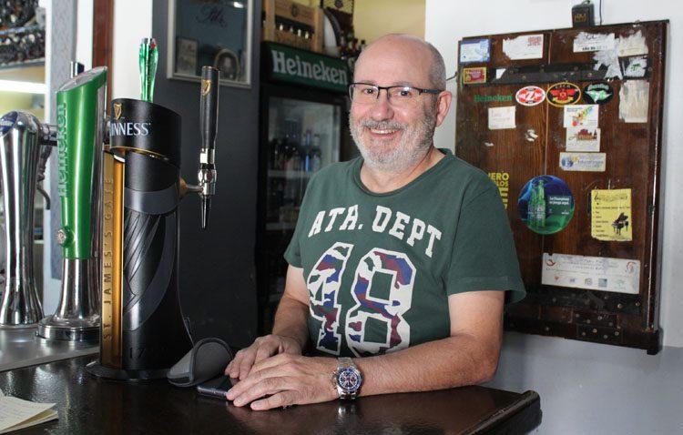 José Carlos García, el rostro de la popular «Cervecería Carlos» de La Corredera utrerana