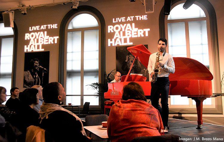 El saxofonista utrerano Manu Brazo encandiló al auditorio del Royal Albert Hall de Londres