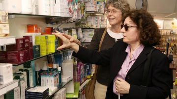 La ONCE de Utrera busca voluntarios para acompañar a personas ciegas en gestiones y tareas personales