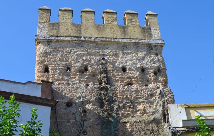 El Ayuntamiento de Utrera actuará sobre la torre de la muralla en Álvarez Hazañas tras los daños provocados por las palomas