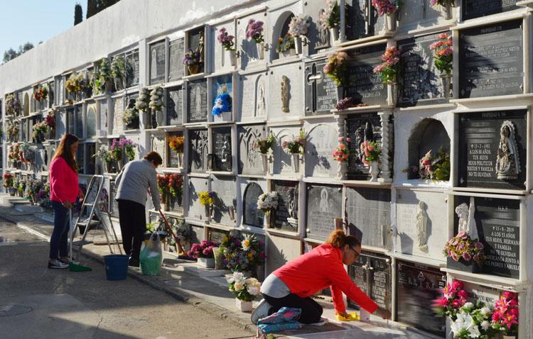 Utrera prohíbe limpiar las lápidas del cementerio desde el 25 de octubre, dejando para adorno floral las fechas en torno al día de los difuntos