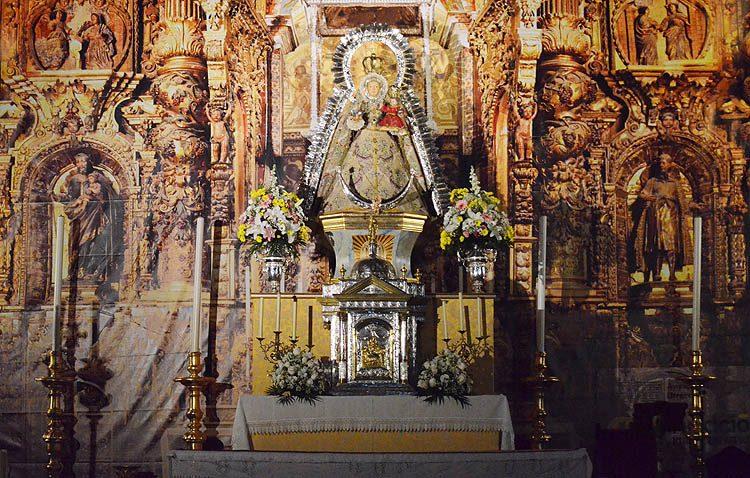 La patrona de Utrera sale de su templete para presidir un reformado altar del santuario de Consolación