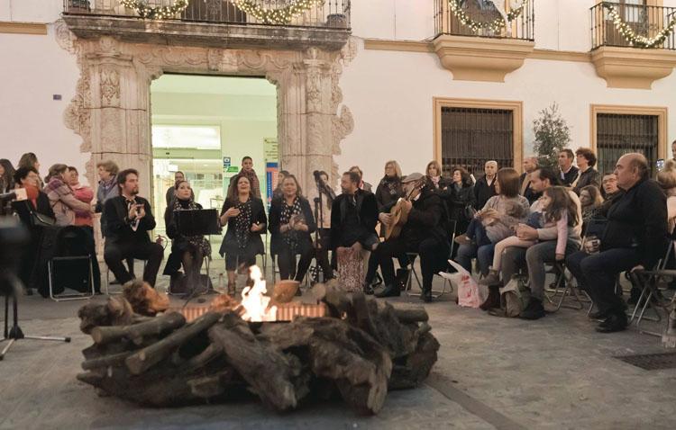 Una candela con sones de zambomba navideña en la plaza de Gibaxa