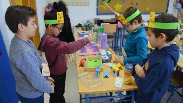 Materiales reciclados e imaginación, ingredientes perfectos para crear nuevos juguetes en un colegio de Utrera
