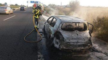 Un coche con dos ocupantes sale ardiendo en plena autovía Sevilla-Utrera