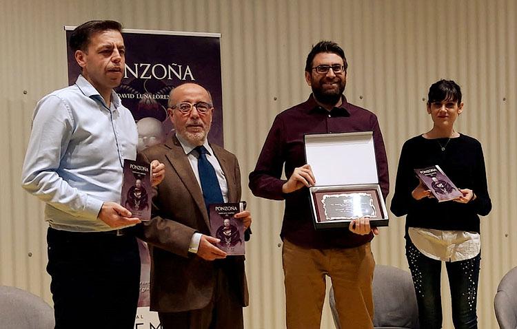 Utrera entrega su premio de novela corta de terror al toledano David Luna Lorenzo