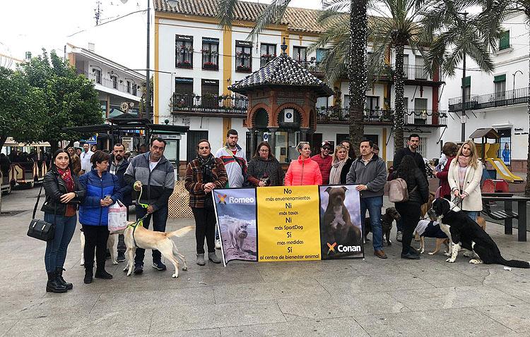 Un grupo de utreranos protagoniza una manifestación contra los envenenamientos caninos