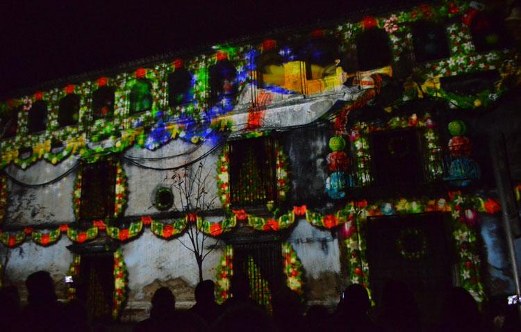 Papá Noel y los Reyes Magos, protagonistas de sendos mappings navideños sobre la fachada del ayuntamiento de Utrera
