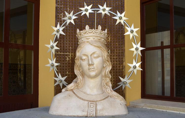 Vuelve a la vida la imagen de María Auxiliadora que durante décadas coronó la basílica salesiana de Utrera