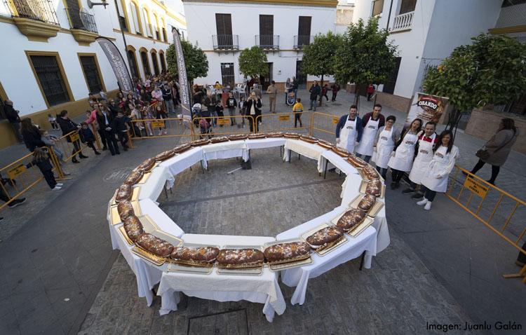 Un roscón de Reyes gigante para empezar las Navidades en Utrera (GALERÍA)