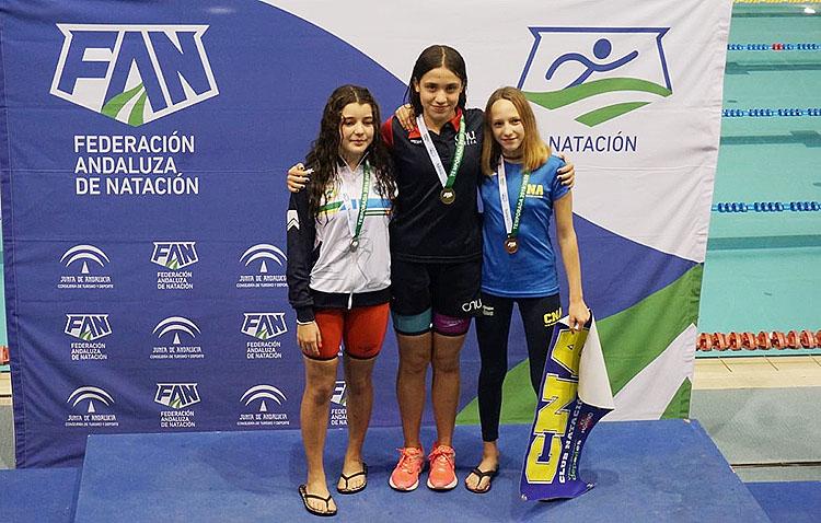 La joven Pilar Bohórquez, campeona del campeonato de Andalucía infantil de Natación