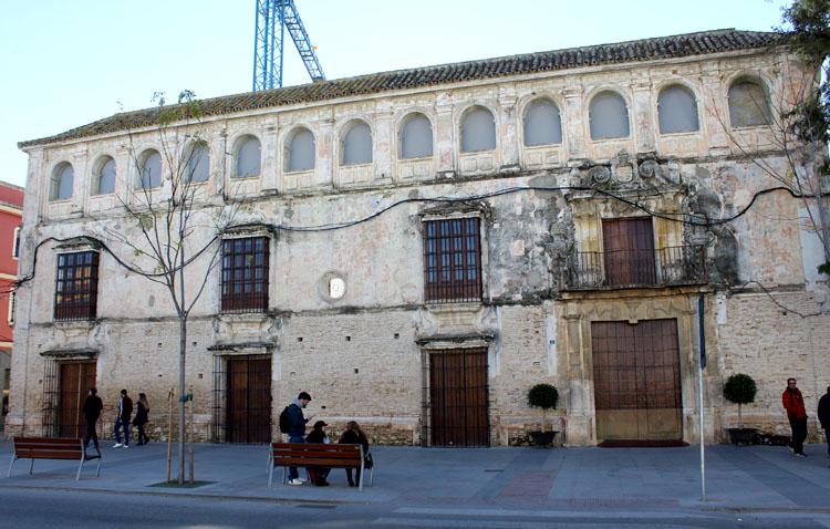 La fachada de la Casa Surga, a un paso de recuperar todo su esplendor