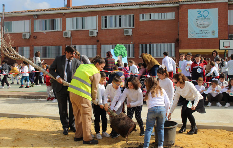 El colegio La Fontanilla celebra el día de la «ecopaz» con una plantación de árboles en el patio del centro (VÍDEO)
