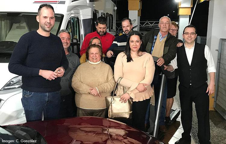El ganador de la cesta de «El paisano» recoge junto a la familia su interminable lista de regalos