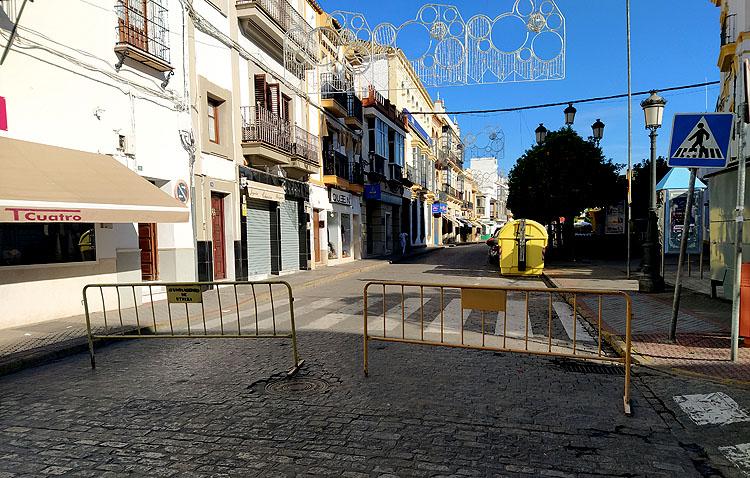 El centro de Utrera vuelve a cerrarse al tráfico y continúa disponible un aparcamiento en los Salesianos