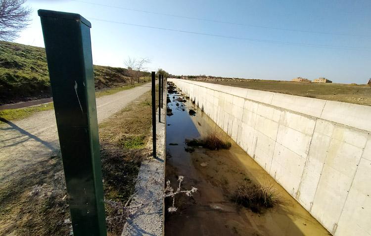 Una barrera vegetal junto al desvío del arroyo Calzas Anchas sustituirá el vallado metálico robado en numerosas ocasiones
