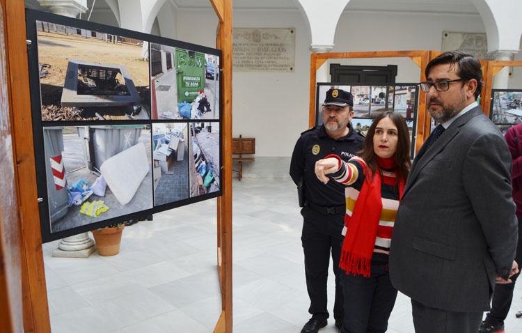 Una exposición muestra la «vergüenza que da» el estado en el que los ciudadanos dejan las calles de Utrera