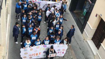 Una marcha por la paz con más de 1.000 niños en las calles de Utrera a beneficio de la fundación Vicente Ferrer