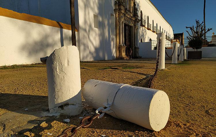 Aparece destrozada una de las columnas situadas delante del santuario de Consolación
