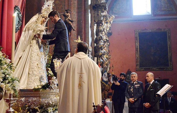 Un fajín de militar en Utrera para la Virgen de la Paz