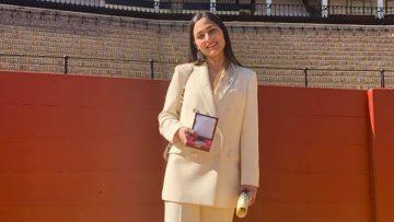 La utrerana Andrea Corpas recibe el premio al mejor expediente como universitaria de manos del rey Felipe