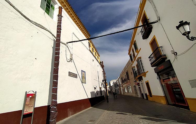 La utrerana calle Virgen de Consolación estrenará sus toldos el 1 de mayo