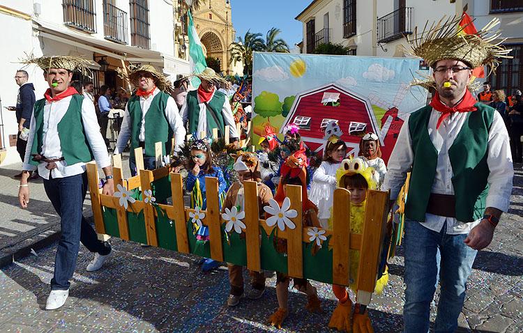 La diversión y el buen ambiente del carnaval llenan las calles de Utrera (IMÁGENES)