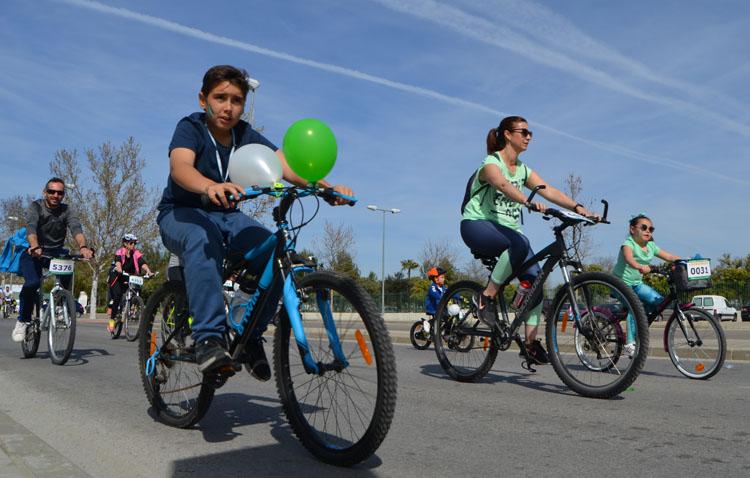 Utrera monta en bicicleta para celebrar el Día de Andalucía (FOTOS Y VÍDEO)