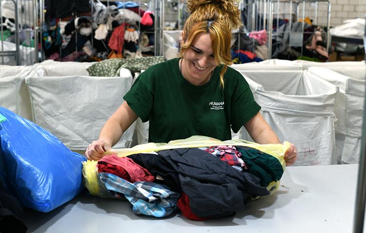 Utrera dona 135 toneladas de textil a la fundación Humana para fines sociales