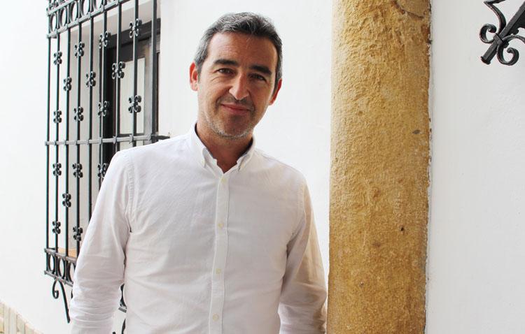 El saxofonista Juan M. Jiménez, un talentoso músico utrerano que cada día despierta vocaciones en el conservatorio «Ana Valler»