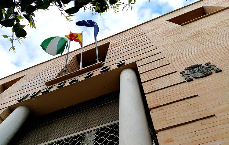 La Junta de Andalucía adapta una sala de vistas de los juzgados de Utrera con medidas de seguridad frente al coronavirus