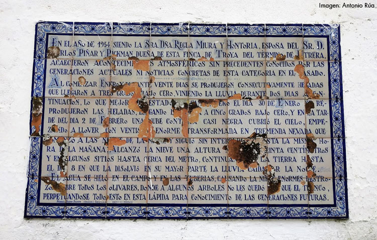 La peculiar crónica de la histórica nevada de 1954 en Utrera plasmada en un azulejo