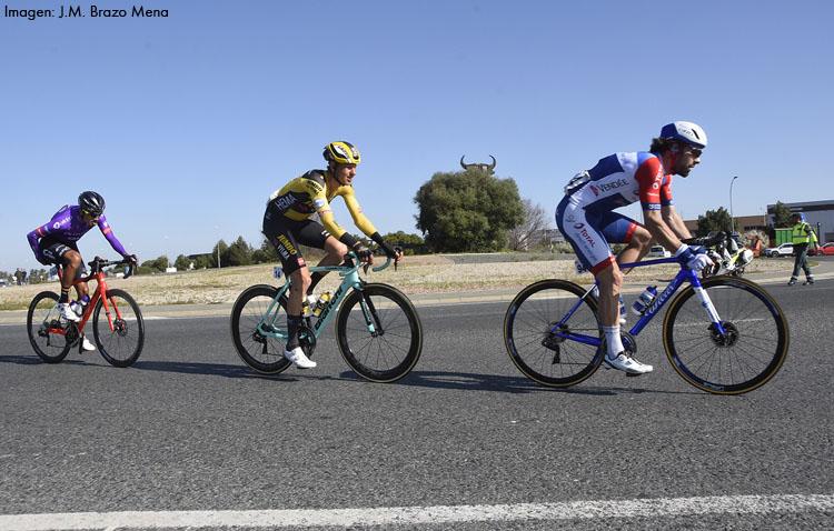 La vuelta ciclista a Andalucía pasó por la «rotonda del toro» sin entrar en Utrera