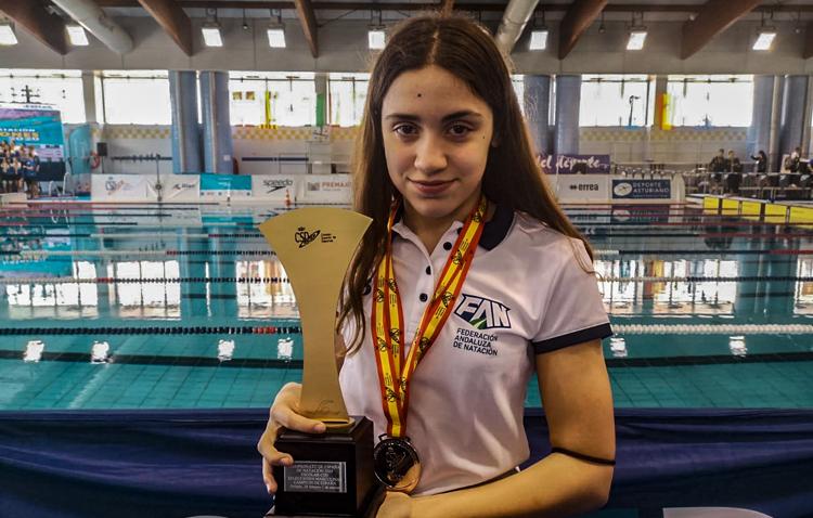 La utrerana Pilar Bohórquez, subcampeona con la selección andaluza de natación en el campeonato de España alevín