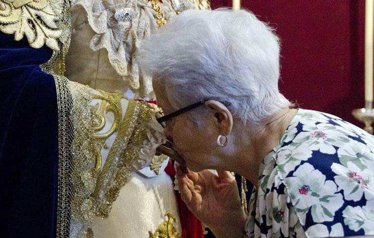 El Arzobispado desaconseja los besapiés y besamanos, y la comunión en la boca y el gesto de la paz de las misas