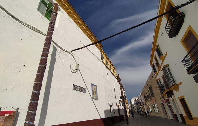 Juntos por Utrera señala las «quejas» de una decena de vecinos de la calle Virgen de Consolación ante el montaje de los toldos