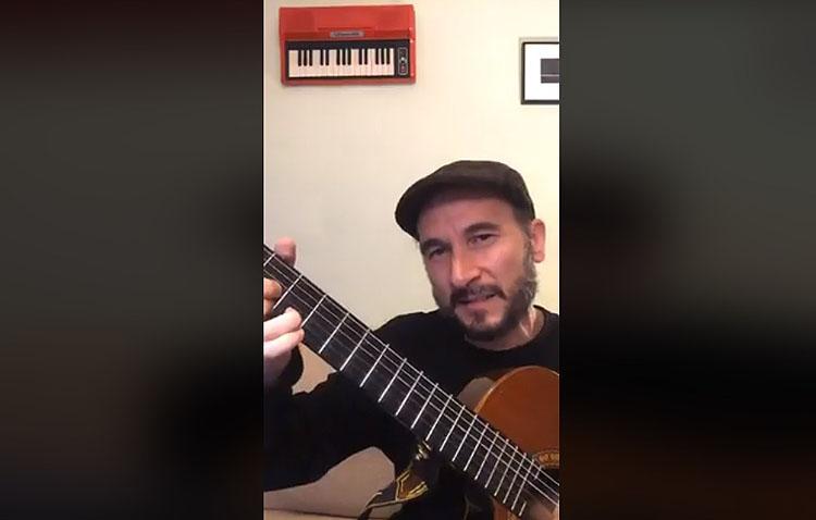 Codo Coderson hizo valer su apodo de «La gramola humana» con un variado concierto a través de Internet (VÍDEO)