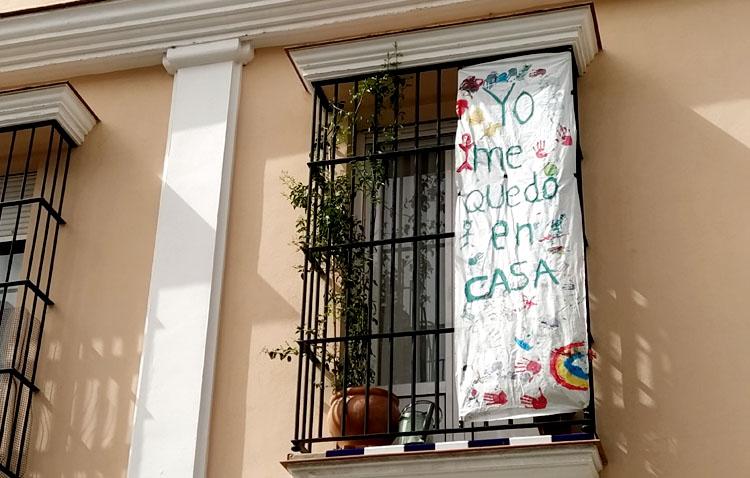 Utrera se suma a la iniciativa de llenar los balcones con carteles positivos realizados por los niños