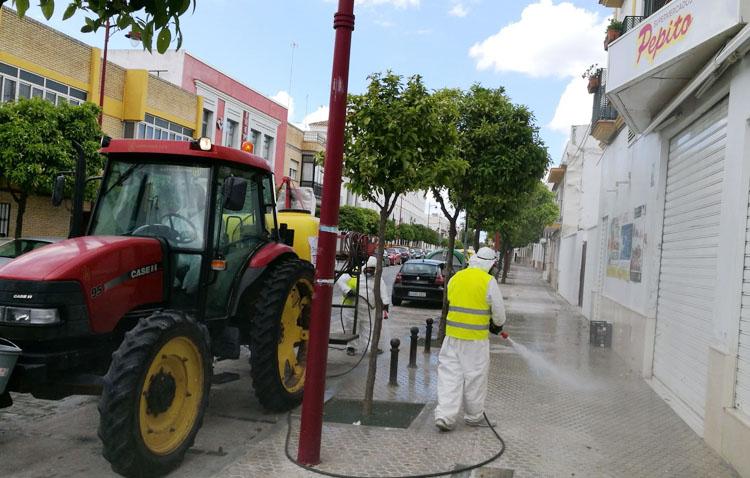 El Ayuntamiento impulsa de nuevo la desinfección de las calles con 25.000 litros de agua con lejía al día