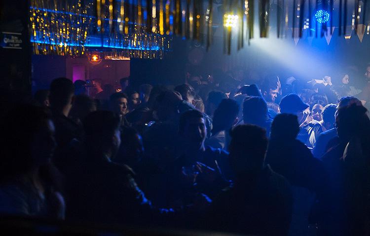 El Ayuntamiento prohíbe la botellona y las discotecas y pubs de Utrera comienzan a anunciar su cierre temporal