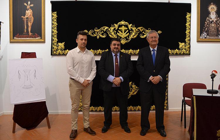 La hermandad de la Vera-Cruz culmina su paso de palio con el estreno de los nuevos faldones laterales bordados en oro