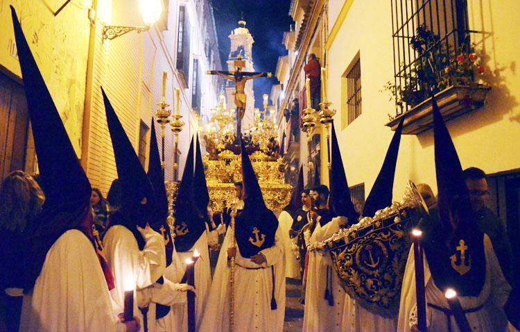 La hermandad de los Gitanos dona la tela de las 15 túnicas de nazareno que iba a estrenar para fabricar mascarillas