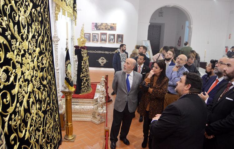 El patrimonio de la Vera-Cruz de Utrera y más de 400 insignias de todo el mundo protagonizan una exposición en la Casa de la Cultura