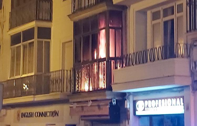 Un incendio calcina la planta superior de la utrerana Confitería Cordero (VÍDEO Y FOTOS)