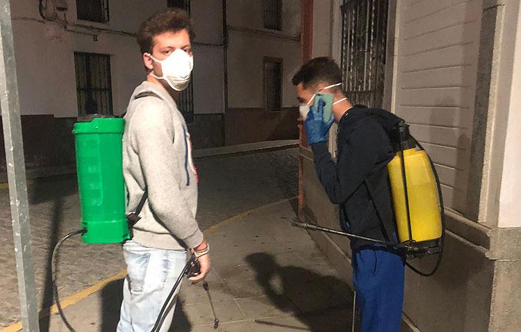 El alcalde de Los Molares, en las calles del pueblo para desinfectarlas (VÍDEO)