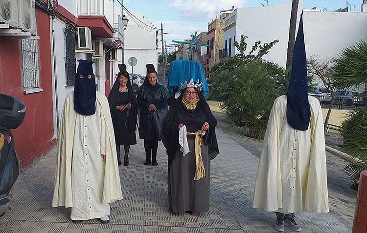 La hermandad de la Quinta Angustia denuncia el uso de su hábito penitencial para reírse y hacerlo en la calle pese al estado de alarma