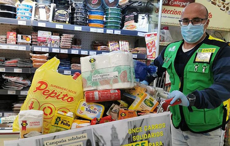 Los vendedores de la ONCE de Utrera donan carros de comida para las familias más necesitadas