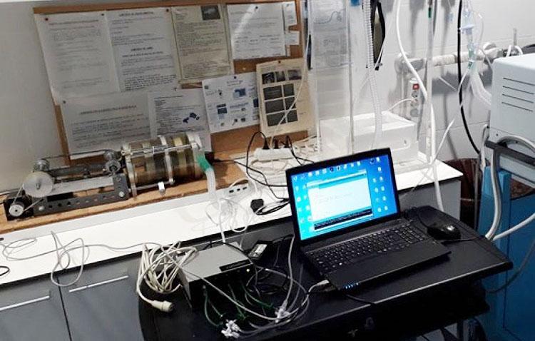 Un utrerano trabaja en un simulador de respiración asistida para mejorar la atención a los afectados por Covid-19