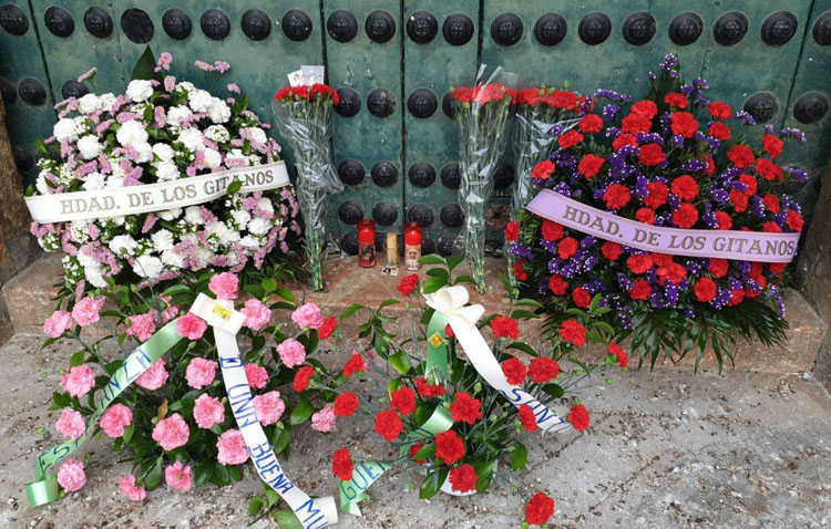 La parroquia de Santiago recibe también flores para los titulares de Los Gitanos