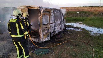 Encuentran ardiendo junto a Utrera una furgoneta robada en La Algaba